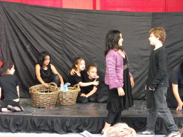 Desarrollo de la presentación de la obra original del taller de teatro del Movimiento Apicultural.