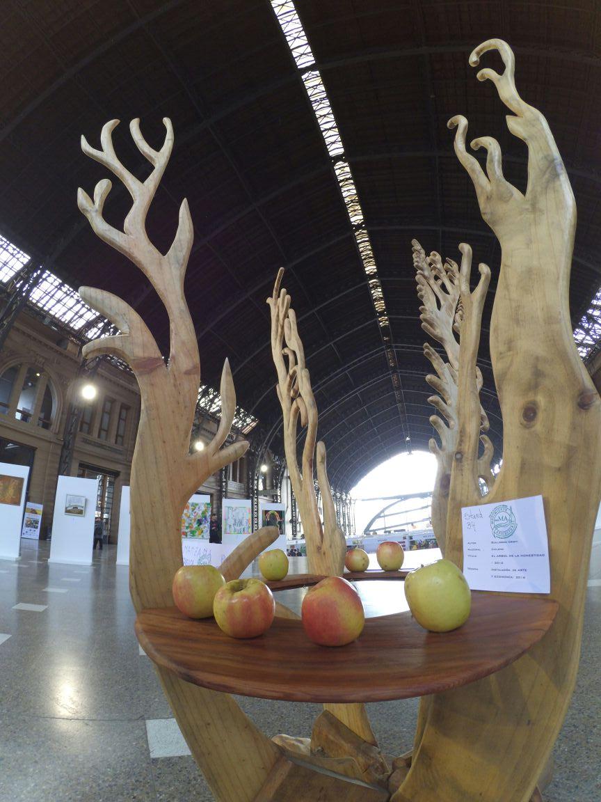 """""""Árbol de la honestidad"""" con manzanas orgánicas. Centro Cultural Est Mapocho 2016"""