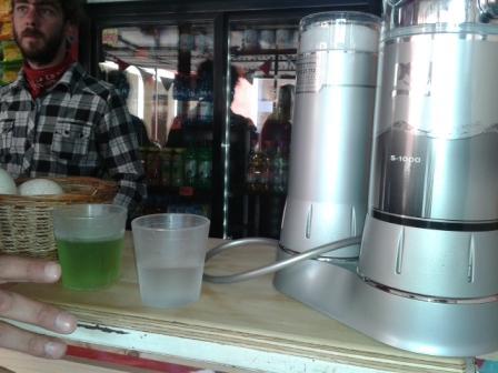 Acá, una demostración  de cómo el agua se pone verde al reaccionar con el cloro presente en el agua. Y luego al lado, vaso de agua transparente que no reacciona por estar pasada por el purificador PSA. Los reactivos no reacciona al no encontrar presencia de cloro en el agua, después de pasar por el filtro/purificador a disposición en nuestro ESPACIO SALUDABLE.
